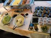 朝食一例ハム、スクランブルエッグ、サラダ、納豆