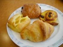 朝食焼き立てパン4種盛りチョコ、アップル、レーズン、クロワッサン