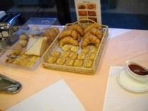 朝食会場 焼き立てパンクロワッサン、レーズンなど