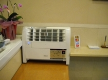 プラズマクラスター空気清浄機はフロントに設置しております。