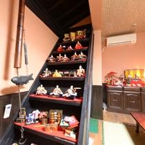 3月のおひな祭りには、お食事処の階段にも★