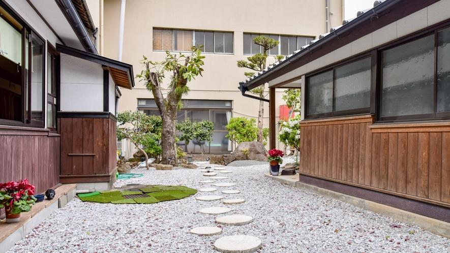 *中庭/おばあちゃんの家にいるようなほっとする空間です。