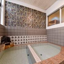 *男湯/源泉掛け流しのお風呂に浸かって、ごゆっくりお過ごしください。