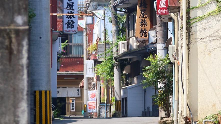 *竹細工店や味噌屋など商人の町の面影が残っています。