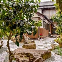 *中庭/どこか懐かしい落ち着いた雰囲気の旅館です。