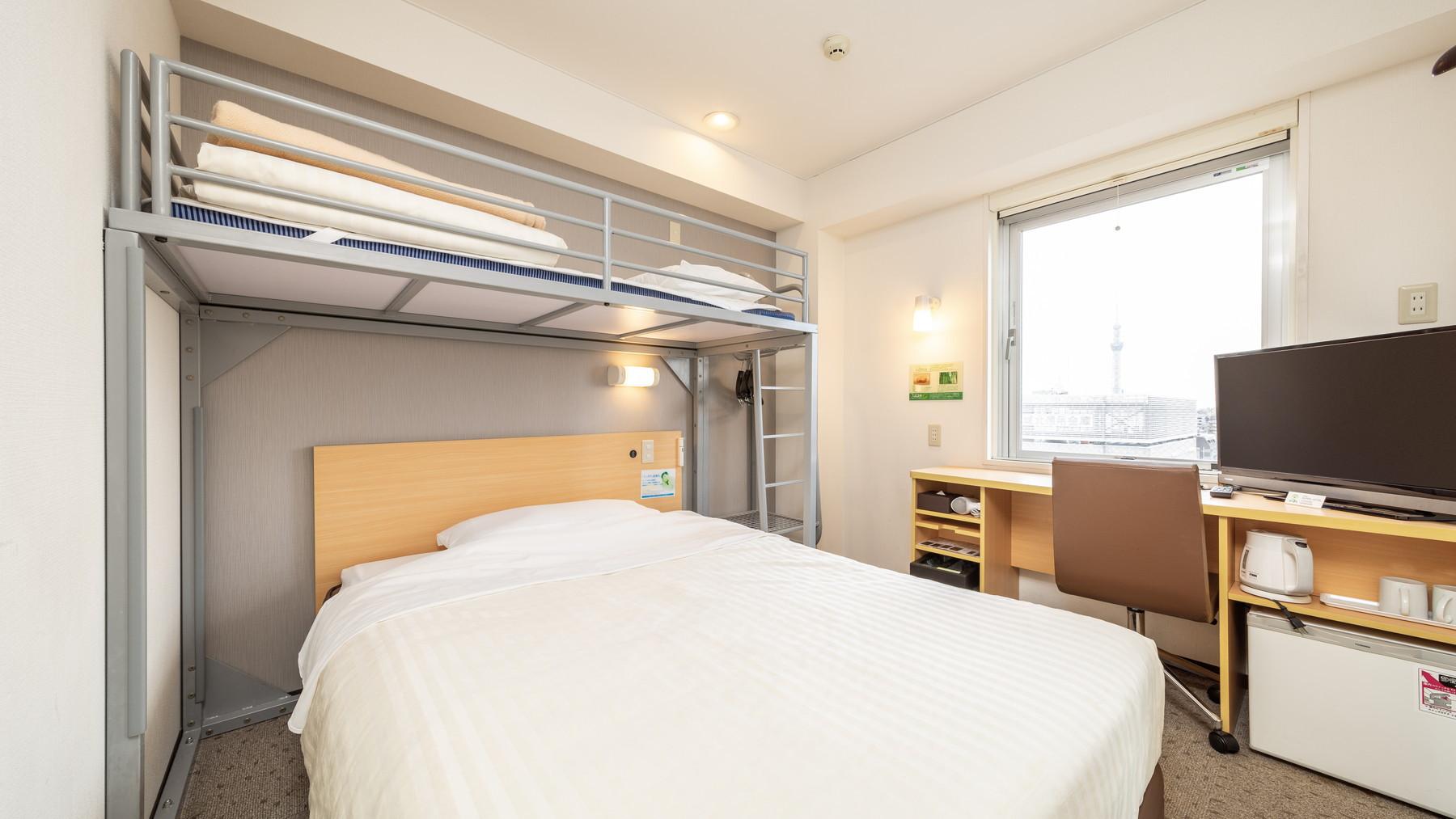 スーパールームは150cm幅のダブルベッドにロフトベッドがついています♪