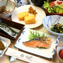女将お手製の和朝食。手作りの梅干しやお漬物はご飯が進みます。