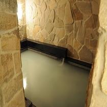 マイクロナノバブル効果でお湯は白くまるで絹のようなお湯です♪(写真は中浴場)