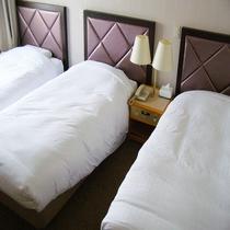 グループ・ご家族みんなでご利用可能な3名様のお部屋です!シングルベッド3台後用意しております!