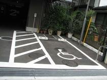 【車イスのお客様専用駐車場】