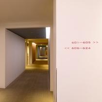 【客室階廊下】彩り鮮やかなアクセントを配した明るい客室廊下