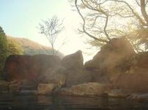 紅葉に臨む露天風呂