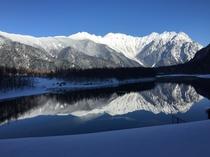 山が写る大正池
