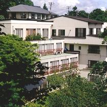*【外観】二岐川の渓谷沿いに建てられた湯宿「柏屋旅館」。
