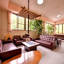 *【ロビー】まるで自宅にいるような心安らぐ空間。窓から差し込む光とともにごゆっくりお寛ぎ下さい。