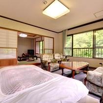 *【客室一例】和洋室。和と洋、両方の良さを味わえるお部屋。清潔にしつらえられたベッドで安眠の夜を。