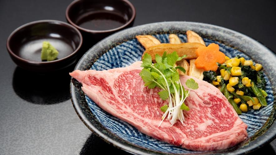 *【夕食一例】福島牛ステーキ。豊かな風味と、良質の霜降りをご堪能下さい。