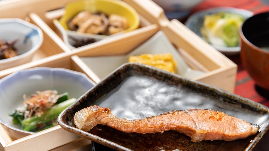*【朝食一例】卵焼き、おひたし、煮物、自家製漬物など、健康的なメニューが並びます。