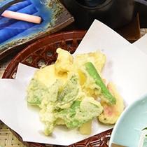 *【夕食一例】山から収穫した旬の山菜やキノコの天ぷら。