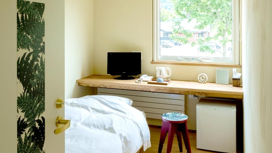*客室一例/シングルルーム・木の風合いが心地良い、フローリングに和風ベッドスタイルのお部屋です。