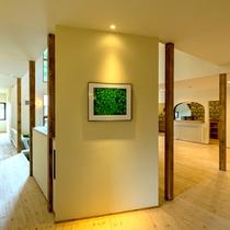 *ロビー/天然木の香り、印象的な明るい空間です。
