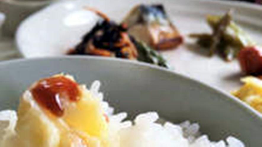 *ご朝食には炊きたてのご飯にお好みのフレーバーバターを。お醤油を垂らしてお召し上がりください。