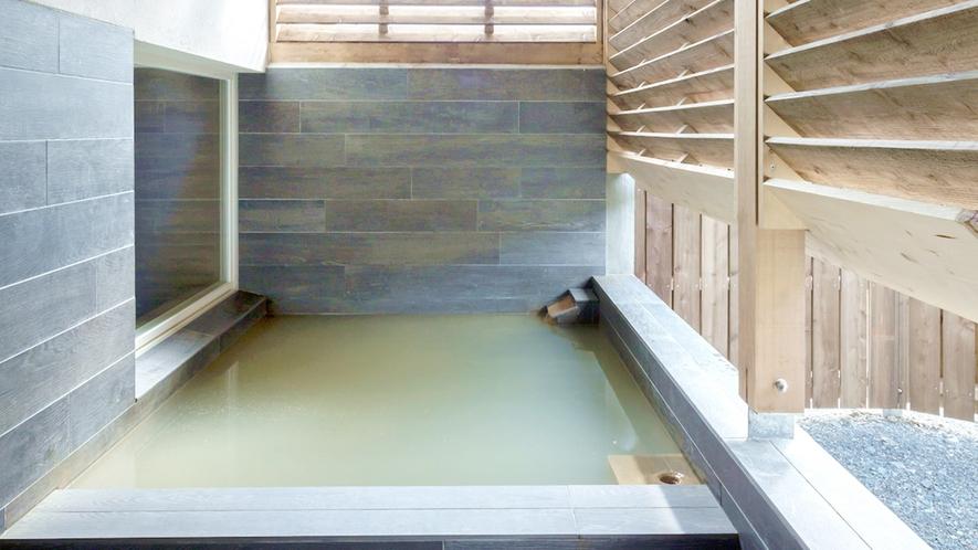*露天風呂一例/新しくできた岩造りの露天風呂。
