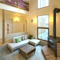 *開放感のある吹き抜けのラウンジ/冬になると暖炉に火が灯ります。
