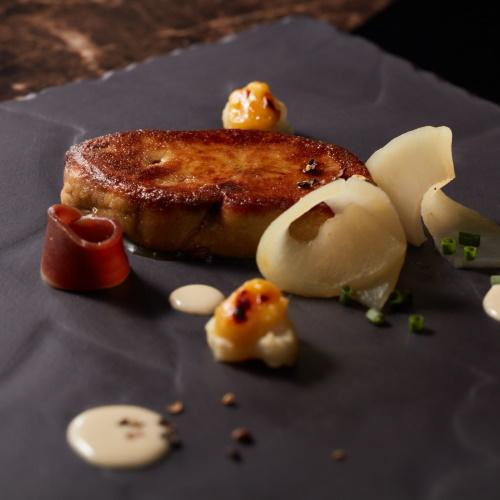 フォアグラのソテー カルヴァドスが香る林檎とブルーチーズのアクセント 自家製鴨の生ハムを添えて
