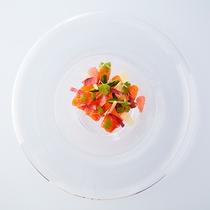 富士山麓トラウトサーモンのスモークとザクロと四角豆のサラダ仕立て