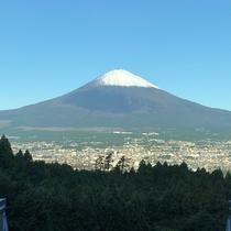 ロビーから眺める初冠雪の富士山