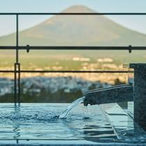 露天風呂から富士山を眺める