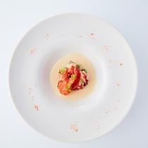 スモークした三島ポテトのスープ仕立て ノイリー酒の香るオマール海老のポシェ