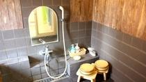 *【家族風呂】洗い場には2名様分の桶と椅子をご用意しています。