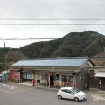 *【和室4.5畳/和室6畳】窓から廃線になったJR三江線『川戸駅』の駅舎を眺めることができます。