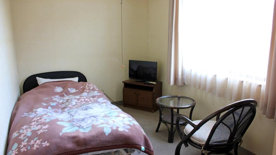 *【洋室シングル】ベッドがお好みの方にも安心♪窓からは石州瓦が美しい川戸地区一帯が見渡せます。