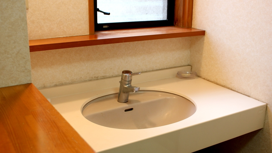 *【脱衣所】共同洗面台のほか、脱衣所にも簡単な洗面台もございます。
