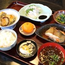 *【夕食一例】地元食材にこだわった女将自慢の料理です。