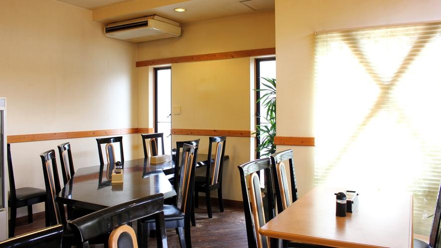 *【食堂】館内同様にヒノキ基調の作りになっています。ごゆっくりとお食事をお楽しみください。