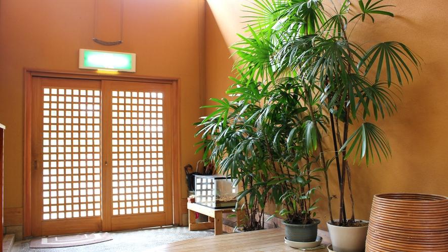 *【玄関】館内はヒノキを基調とした温かみのある作りとなっています。