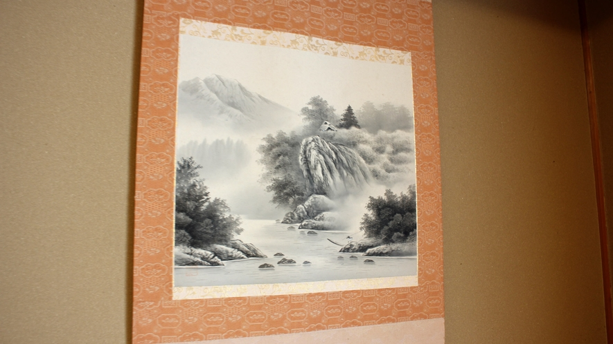 *【和室8畳】床の間にかかる水墨画がお部屋に和の落ち着きを添えています。