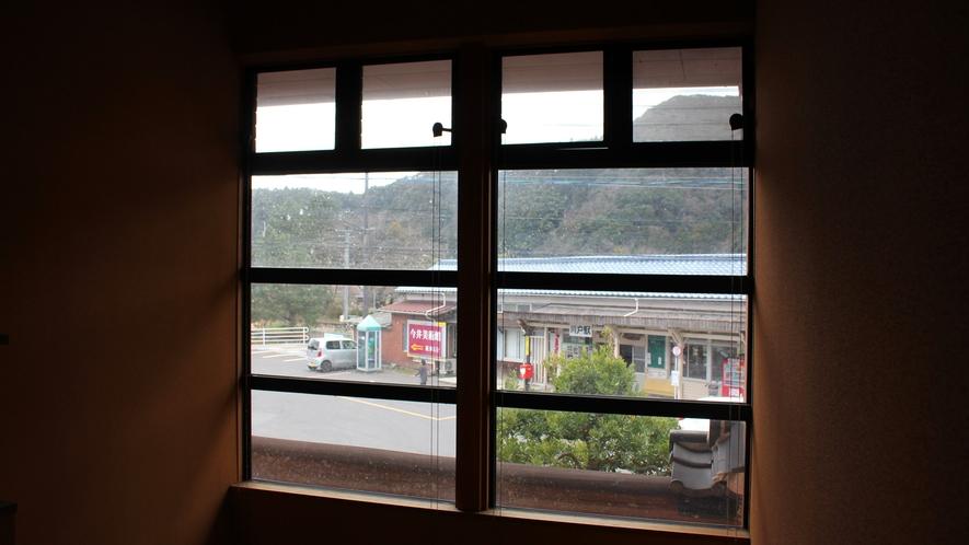 *【館内一例】窓からは廃線になったJR三江線『川戸駅』の駅舎を眺めることができます。