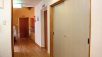 *【館内一例】2階廊下のつきあたりに共同のレンジ・冷蔵庫・電気ケトルをご用意いたしております。