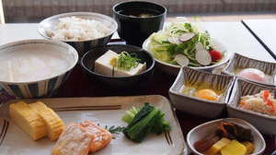 朝食は嬉しいバイキング形式★健やかな1日を応援)