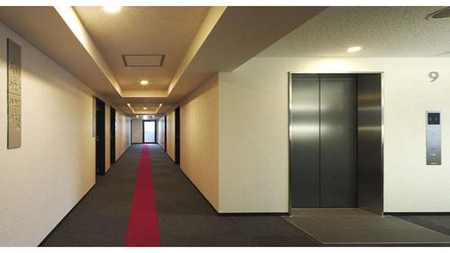 【廊下】EV前には(クッション枕・加湿器・空気清浄機・ガウン等)うれしい貸出棚を設置