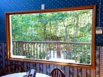 レストランから森を眺める01