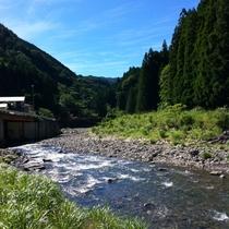 ホテル前の川