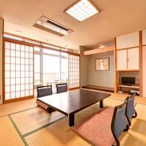 *和室10畳(客室一例)/窓から望む海の景色と、波の音を聞きながらごゆっくりお寛ぎ下さい。