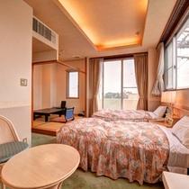 *和洋室(客室一例)/和と洋、両方の良さを味わえるお部屋。ふかふかのベッドで安眠の夜を。