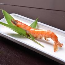 *お夕食一例(車えび)/美味しいエビは味がよくわかるように姿のままで余計な味付けはしまていません。